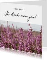 Stijlvolle zomaar bloemenkaart met bloeiende paarse heide