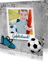 Stoere felicitatiekaart met beton en voetbal voor een jongen