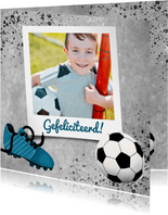 Stoere felicitatiekaart voor een jongen met beton en voetbal