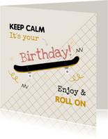 Stoere verjaardagskaart skateboard grafisch okergeel