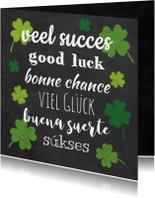 Succes kaarten - Succes kaart voor met groene klavers vier op krijtbord