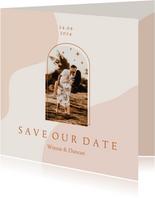 Trendy save the date kaart in aardetinten met foto en boog