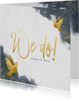 Trouwkaart met blauwe waterverf, gouden duiven en typografie