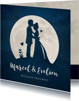 Trouwkaart met  silhouet van een bruidspaar in volle maan
