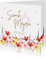 Trouwkaart met zomerse bloemen en gouden hartjes