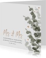 Trouwkaart mrs. & mrs. eucalyptus met gouden hartjes