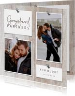 Trouwkaart partnerschap hout met foto's en spijkers