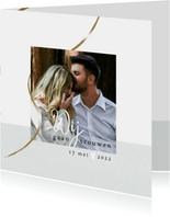 Trouwkaart, wit met foto en goudkleurige slinger