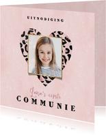 Uitnodiging eerste communie panterprint hart roze waterverf