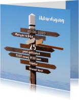 Jubileumkaarten - Uitnodiging Houten Wegwijzer blauwe lucht