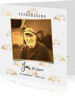Uitnodiging met foto op goudkleurig patroon van oldtimers