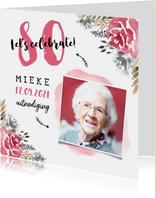 Uitnodiging verjaardag  vrouw hip met geschilderde bloemen