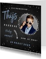 Uitnodiging vormsel jongen confetti foto krijtbord