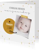 Uitnodigingskaart 1 jaar foto en confetti