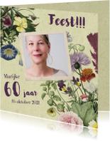 Uitnodigingskaart met stijlvolle bloemenillustratie en foto