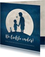 Vaderdagkaart met silhouet van vader en zoon in volle maan