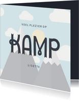 Vakantiekaart 'veel plezier op kamp' met bergen en wolkjes