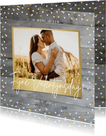 Valentijnskaart met foto op houtlook en gouden hartjes