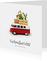 Verhuiskaart met een volkswagenbusje en spullen op dak