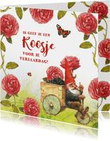 Verjaardagkaart kabouter geeft een roosje