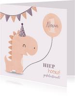Verjaardagskaart dinosaurus met hoedje en vlagjes