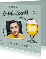 Verjaardagskaart felicitatie man bier confetti pijltjes