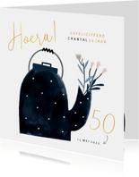 Verjaardagskaart gouden 50 theepot en bloemen