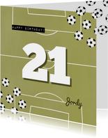 Verjaardagskaart groen voetbal veld aanpasbare leeftijd