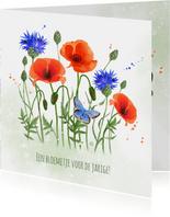 Verjaardagskaart klaprozen korenbloemen vlinder