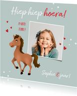 Verjaardagskaart meisje paard hartjes