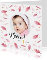 Verjaardagskaart meisje roze veertjes gouden hartjes en foto
