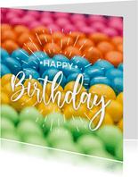 Verjaardagskaart met feestelijke kleurrijke snoepjes