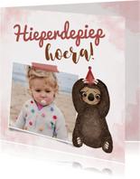 Verjaardagskaart met foto en lieve luiaard met feesthoedje