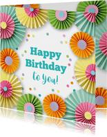 Verjaardagskaart met rozetten en confetti