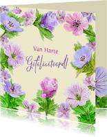 Verjaardagskaart met tekening van blauwe en roze bloemen