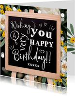Verjaardagskaart met trendy krijtbord typografisch bloemen