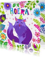 Verjaardagskaart met vrolijke kat, bloemen en planten