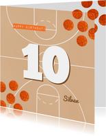 Verjaardagskaart oranje basketbalveld aan te passen leeftijd