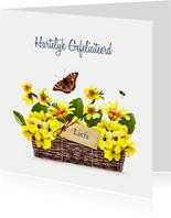 Verjaardagskaart rieten mand met gele bloemen