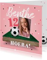 Verjaardagskaart voetbal voetbalveld meisje confetti bal