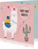 Verjaardagskaart - Vrolijke lama met cadeautjes en slingers