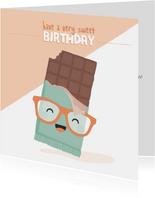 Vierkante verjaardagskaart met lachende chocolade reep.