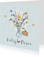 Vrolijk en stijlvol paaskaartje met bos bloemen en insecten