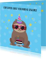 Vrolijke en kleurrijke verjaardagskaart met luiaard en taart