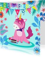 Vrolijke en kleurrijke verjaardagskaart met unicorn en taart