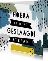 Vrolijke geslaagd kaart met verf, streepjes en typografie