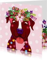 Vrolijke hond met bloementooi verjaardagskaart