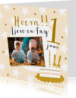 Vrolijke kaart met foto sterren en taart in geel en goud