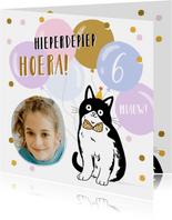 Vrolijke kaart met kat ballonnen en confetti