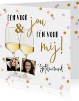 Vrolijke kaart met wijnglazen en kleurrijke confetti